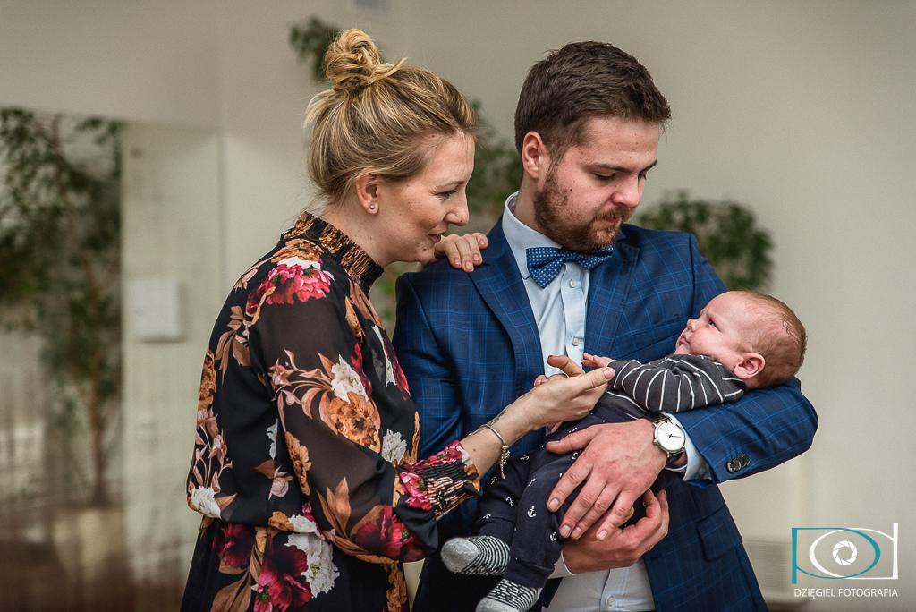 rodzice z dzieckiem - chrzest