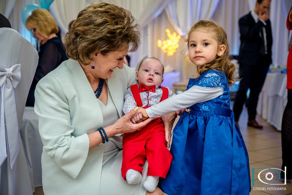 babcia z wnuczkiem - fotograf na chrzciny