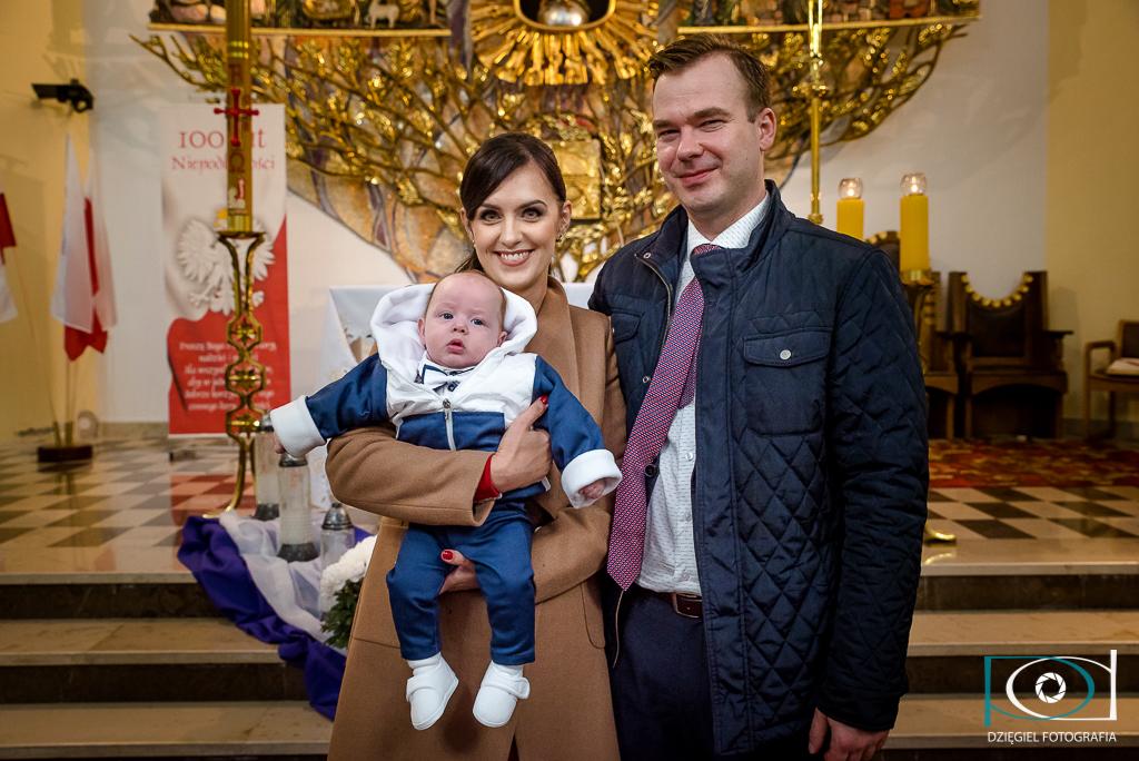 chrzciny - zdjęcie przy ołtarzu