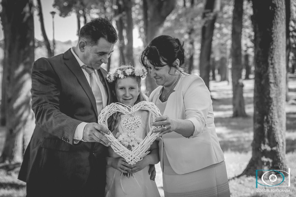 zdjęcia komunijne - rodzice z córką