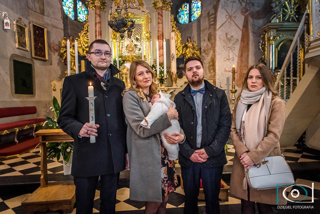 reportaż z chrzcin - przed ołtarzem
